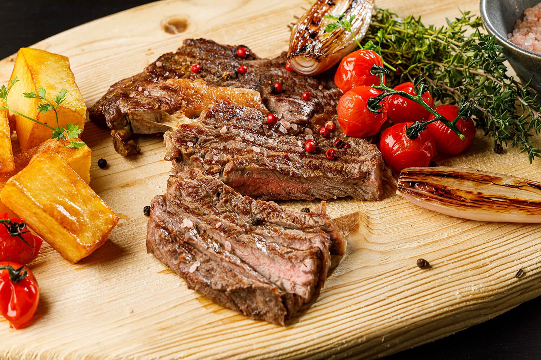 Ribeye Steak s pečenými zemiakmi a zeleninou